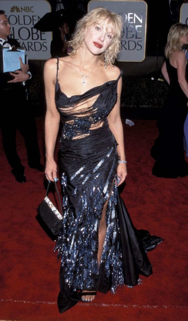 Скандальная певица на красной дорожке выглядела так, будто кто-то разодрал платье прямо на ней.