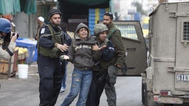 La violación de los derechos de los niños palestinos por parte de (Israel) es conocida internacionalmente, pero no castigada. Golpes, interrogatorios coercitivos, firma de declaraciones falsas y otras violaciones a los derechos de los niños han sido registradas por organizaciones como Human Rights Watch.Un niño israelí menor de 14 años no puede ser encarcelado y los menores de edad tienen apoyo legal en un tiempo máximo de 48 horas; mientras que los niños palestinos pueden ser encarcelados por la potencia genocida desde los 12 años y pueden pasar hasta tres meses en prisión sin un abogado.