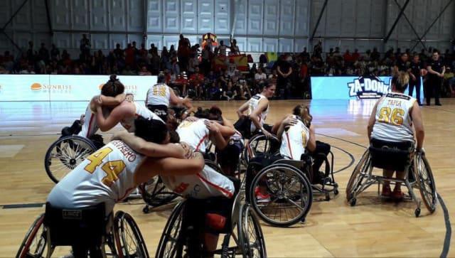 La selección femenina de baloncesto celebra el pase a cuartos en el Mundial de Hamburgo en 2018. FOTO: Antonio Moros