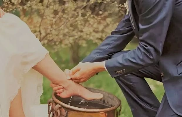 В день свадьбы жених должен  о мыть ноги своей избраннице . Шотландцы считают, что это принесёт удачу в их семейную жизнь.