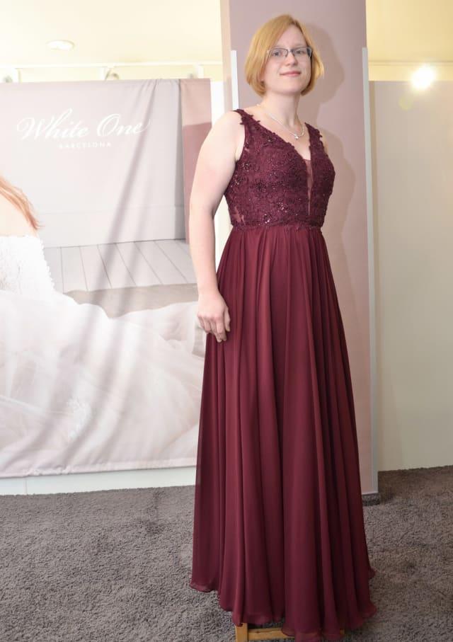 Das Kleid, das Sina Raddatz präsentiert, hat einen weich fallenden Chiffon-Rock und ist gut zum Tanz geeignet.