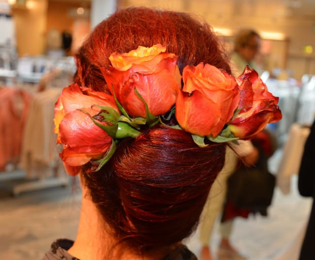 """Ein Blickfang ist die Frisur mit dem Namen """"Banane"""" - verziert mit echten Blumen."""