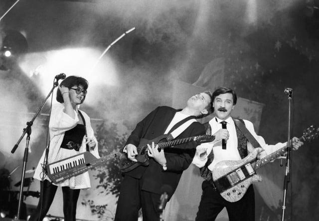 """В 1986 году Тиханович и Поплавская ушли из ансамбля, а в 1988 году после победы с песней """"Счастливый случай"""" на конкурсе """"Песня-88"""" супруги создали дуэт с одноименным названием и собственный Театр песни."""