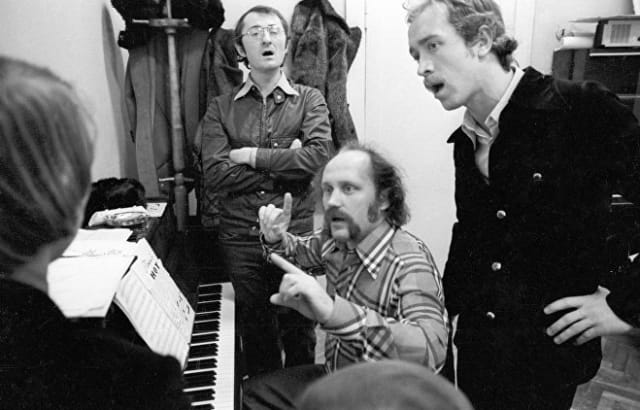 """Мулявин не имел законченного музыкального образования, так как его отчислили со второго курса за """"преклонение перед западной музыкой"""". А первым наставником музыканта стал политзаключенный."""
