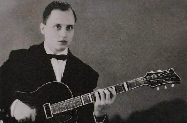 Далеки предки Мулявина - купцы. Каждый был образованным и владел собственной лавкой. Однако отец артиста был простым рабочим на заводе, хотя и увлекался музыкой.