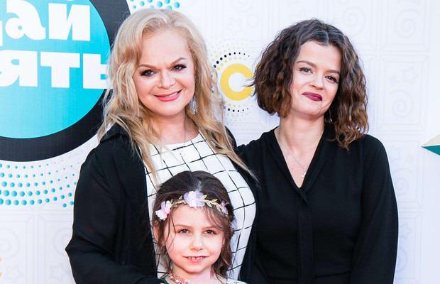 Дочка Долиной выросла очень похожей не мать , а если ей перекрасить волосы, то сходство будет еще заметнее. Единственное, жаль, что вместе с внешностью ей не передался и талант матери.