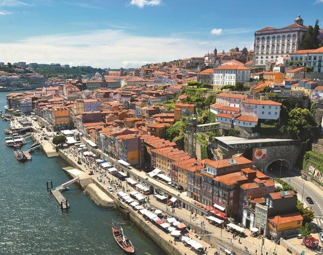 Porto  ist aufgrund der exponierten Lage am Atlantik und am Douro ein Superziel für den Urlaub zwischendurch. Eine außergewöhnliche Stadt mit vergleichsweise wenig Sehenswürdigkeiten, so dass man sich voll und ganz aufs Genießen konzentrieren kann: durch die  pittoreske Altstadt  schlendern, in kleinen Läden stöbern, beim Sundowner am Douro sitzen, gut essen gehen. Die  Badestrände  fallen aufgrund der Achtzigerjahre-Hochhausbebauung zwar nicht in die Kategorie Traumstrand, aber die Fahrt mit dem  Sightseeing-Bus  zum Praia de Matosinhos lohnt schon allein wegen der zahlreichen Straßenrestaurants, die zum Lunch delikate Fischgerichte und Hausweine kredenzen – zu Preisen, von denen man anderswo nur träumen kann. Für Abwechslung sorgt eine Douro-Kreuzfahrt (ab 90 Euro).