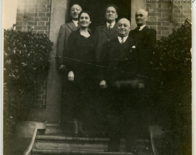 სპირიდონ კედია, ზურაბ ავალიშვილი, შალვა ამირეჯიბი, სოფიო ჩიჯავაძე-კედია და ვასილ დუმბაძე, გადაღებულია კლამერში, 1936 წელს