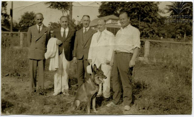 ვასო დუმბაძე (მარჯვნიდან მეორე) და სპირიდონ კედია (მარჯვნიდან მესამე)