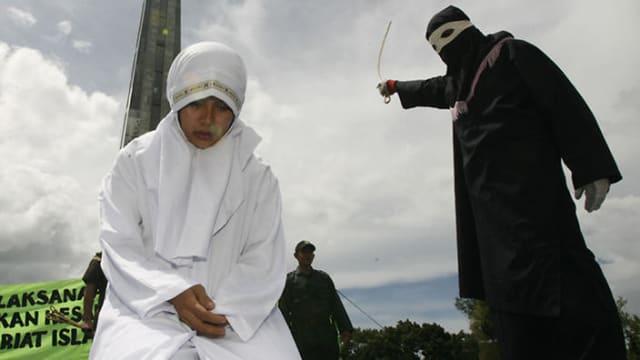 A pesar de que la muerte por lapidación no está prescrita formalmente en el Corán, es el destino más común que aguarda a los adúlteros. Sin embargo, para aplicar la pena es necesario el testimonio de cuatro testigos.-
