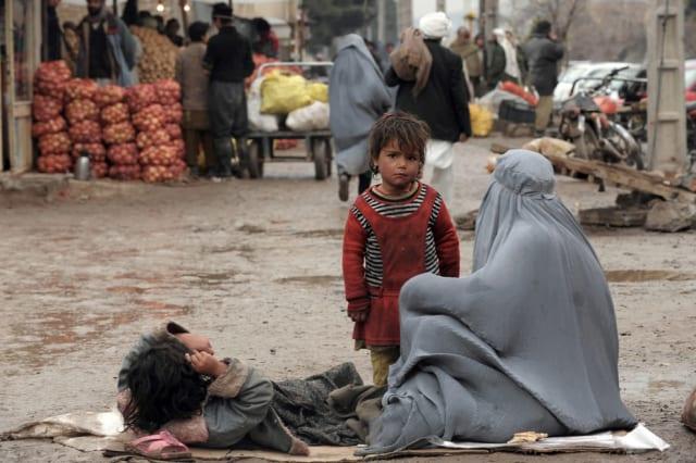"""""""Más de 9 millones de personas viven en la franja de la pobreza"""", aseguró Tadamichi Yamamoto, representante especial de la Organización de las Naciones Unidas (ONU) en Afganistan, en el 2017. Esta cifra ha aumentado radicalmente en los últimos años.-"""