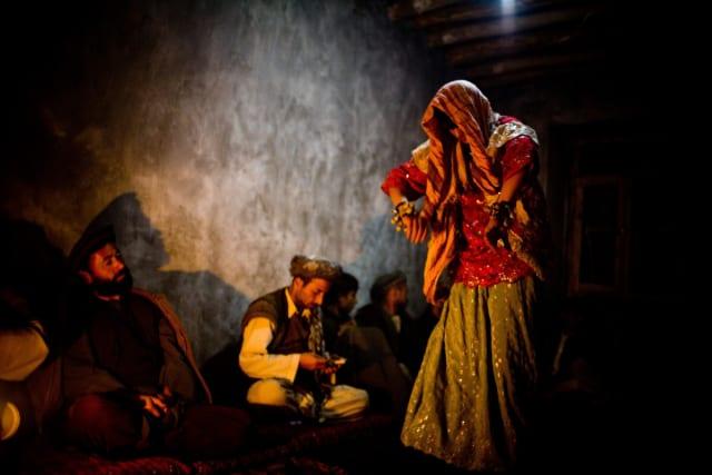 Los bacha bazi son vestidos y maquillados como mujeres, se adornan sus muñecas y tobillos con cascabeles para entretener a los hombres en fiestas y bodas, ya que a las mujeres les está prohibido hacer este tipo de actos en público o asistir a este tipo de celebraciones.-