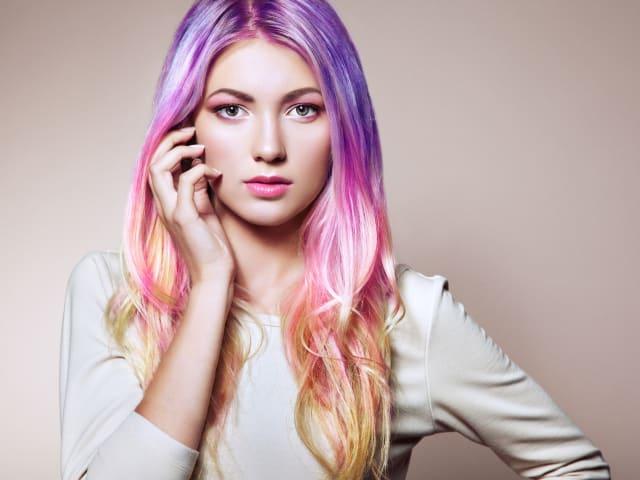El color favorito de muchas para usar en los labios. Y es que el rosa es tan versátil que puede usarse en cualquier momento combinando adecuadamente su gama de color. Para un look recatado puedes usar tonos suaves como el rosa palo, o el salmón.