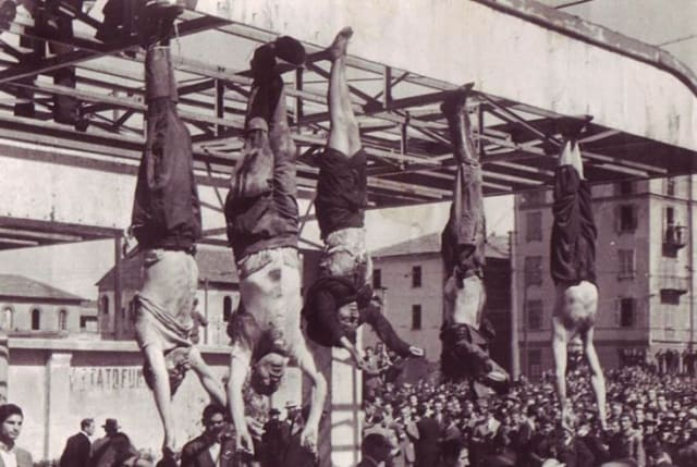 Mussolini (segundo a la izquierda) fue fusilado junto con su amante para posteriormente colgar sus cuerpos en una plaza de Milán junto a otros fascistas.-