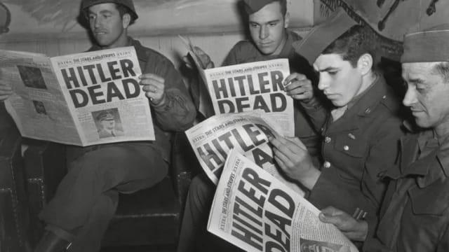 Soldados norteamericanos leen la noticia de la muerte de Hitler; Cordon Press.-