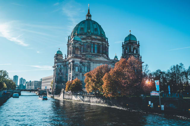 Berlin haftet noch immer das Bild einer wilden, kreativen und etwas verruchten Stadt an. Welchen besseren Ort gibt es also, um die Nacht in einem Technoclub durchzutanzen und dann gemeinsam im Hotel zu verschwinden?