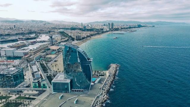 """Vielleicht hat der Woody-Allen-Film """"Vicky Cristina Barcelona"""" etwas damit zu tun, dass wir Barcelona mit Romantik und Leidenschaft verbinden. Vielleicht aber auch das schöne Altstadtviertel Barri Gòtic, der eigenwillige Stil von Antoni Gaudí oder die Lage der Stadt am Meer. Wie auch immer: Barcelona hat die Herzen der Reisenden im Sturm erobert."""