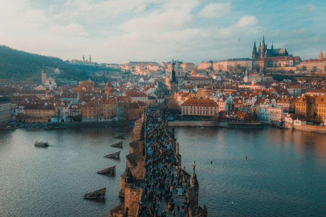 Schlösser, Kathedralen, gepflasterte Strassen und farbenfrohe Häuser machen Prag zu einer der schönsten Städte der Welt. Aber so hübsch Prag ist, die Stadt hat auch ihre dunkle und gotische Seite –und das macht sie erst richtig interessant.