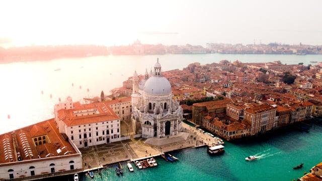 Verirre dich mit deinem Lover und entdecke etwas Überraschendes, während ihr durch die malerischen Gassen der Lagunenstadt schlendert. Venedig ist der perfekte Ort für einen Wochenend-Trip, da es klein genug ist, um die besten Plätze der Stadt zu sehen.