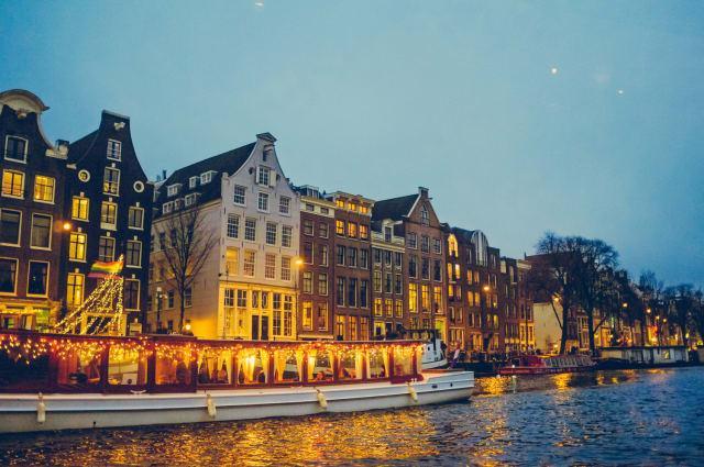 Wenn man nachts in die Wohnungen hineinsehen kann, während man über die gepflasterten Strassen entlang der Kanäle schlendert ... spätestens dann wird Amsterdam romantisch.