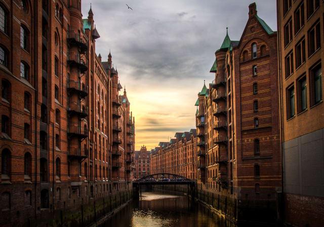 Auf Platz 3 steht eine Destination, die einem bei romantischen Städten vielleicht nicht als erste in den Sinn kommt. Aber Hamburg punktet mit seinem rauen Charme. Einen Spaziergang in der Speicherstadt, dem grössten Lagerhauskomplex der Welt, als romantisch betrachten? Funktioniert irgendwie nur hier.