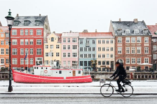 Kopenhagen wurde vom Reiseführer Lonely Planet zur besten Städtereisedestination 2019 gewählt. Auch zum Valentinstag zieht es viele Paare in die dänische Hauptstadt: Eine entspannte Kanalfahrt, ein Picknick im Garten des Schlosses Rosenborg oder ein Abendessen in einem der vielen spannenden Restaurants - Kopenhagen kann überaus romantisch sein!