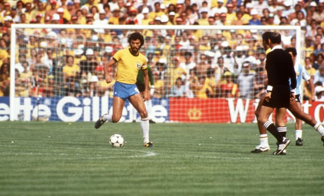 Ídolo do Corinthians, o Doutor disputou as Copas da Espanha, em 1982, e do México, em 1986. Em 2015, entrou numa lista do jornal inglês The Guardian que elegeu os seis esportistas mais inteligentes da história. Crédito da foto: Peter Robinson/EMPICS via Getty Images