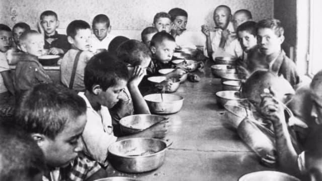 """""""La gente estaba exhausta. Llevaban meses, años, sometidos a un férreo racionamiento de los alimentos, de medicamentos, de la electricidad y hasta del agua. Mientras, veían al dictador y su esposa vestidos con abrigos de piel y sin ningún síntoma de estar pasando hambre"""", apuntó el historiador Ion Lazarescu.-"""