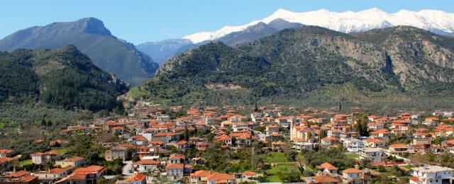Το μεγαλύτερο από τα χωριά του Νότιου Ταΰγετου, το Ξηροκάμπι εντυπωσιάζει με την παραδοσιακή αρχιτεκτονική του (πολλά από τα κεραμιδοσκέπαστα σπίτια του χτίστηκαν τον 19ο αιώνα) είναι όμως ονομαστό κυρίως για το τοξωτό Ελληνιστικό Γεφύρι του 150 π.Χ. –το μοναδικό της εποχής του που επιβίωσε ως τις μέρες μας. Το γεφύρι ένωνε την αρχαία Σπάρτη με την Καρδαμύλη μέσω της ρωμαϊκής οδού. Τα νερά του χειμάρρου Ρασίνα κυλούν μέχρι σήμερα ορμητικά από κάτω του, ενώ το αμφιθέατρο δίπλα του φιλοξενεί τα καλοκαίρια θεατρικές παραστάσεις και συναυλίες.