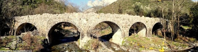 Γνωστή και με το σλάβικο όνομά της, Τσερνίτσα, η Αρτεμισία είναι ένα γλυκύτατο χωριό σκαρφαλωμένο στα 692 μέτρα, στον βορειοδυτικό Ταΰγετο. Τα πέτρινα σπιτάκια της σκεπάζονται με κατακόκκινα κεραμίδια, φτιάχνοντας μια εικόνα καρτποσταλική, ενώ στα αξιοθέατά της περιλαμβάνονται τοξωτά γεφυράκια, από τα οποία ξεχωρίζει το εξάτοξο γεφύρι του Αγίου Πολυκάρπου, παραδοσιακοί νερόμυλοι και, λίγο έξω από το χωριό, η ιστορική μονή του Αγίου Ιωάννη του Θεολόγου στο Μελέ.