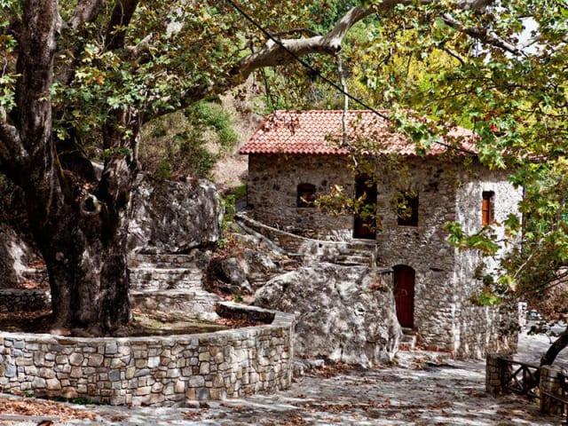 Στα βάθη του φαραγγιού του Ταΰγετου (που επισήμως λέγεται φαράγγι του Ανακώλου) κρύβεται σταματημένο στον χρόνο ένα μεσαιωνικό χωριό χάρμα οφθαλμών. Έχει δύο κατοίκους, εκεί που κάποτε είχε δύο χιλιάδες, και είναι όλο λιθόκτιστα καλντερίμια που ανηφορίζουν περνώντας ανάμεσα σε πέτρινα σπίτια, μαρμάρινες βρύσες και βυζαντινά εκκλησάκια. Η δε διαδρομή ως εδώ, που περνά μέσα από το φαράγγι, είναι εξίσου φαντασμαγορική με το ίδιο το χωριό. Οι λάτρεις της ησυχίας, σημειώστε ότι έχει και έναν ωραιότατο ξενώνα, που μπορείτε να νοικιάσετε ολόκληρο για εσάς και την παρέα σας.