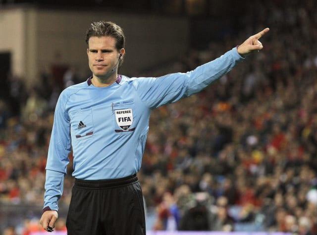 Cuando la pelota toque al árbitro tendrá que hacer un pique a tierra.