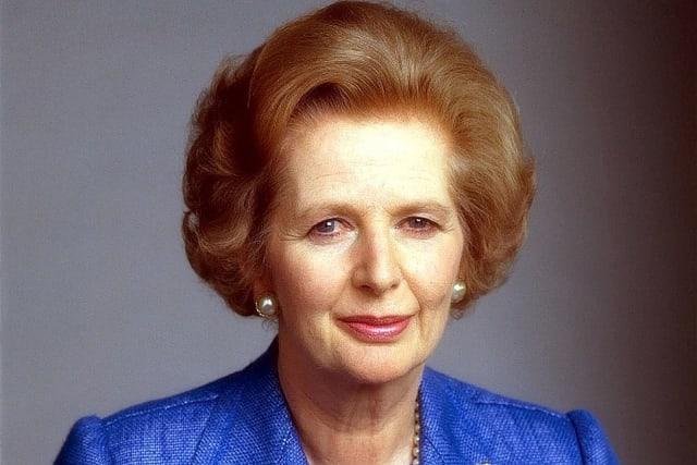 """Маргарет Тэтчер буюу Маргарет Хилда Робертс (1925оны10 сарын 13-нд төрсөн) нь Дэлхийн хамгийн анхны эмэгтэйЕрөнхий сайд юм. Тэрээр дэлхий дахинаа """"Төмөр хатагтай"""" хэмээн алдаршсан бөгөөд Их Британийн түүхэн дэх цорын ганц эмэгтэй ерөнхий сайд болно. Ерөнхий сайд байхдаа улс орныхоо хямралын эсрэг эхлээд инфляцийг хянахын тулд банкны хүүний үзүүлэлтийг нэмэгдүүлсэн. Тэр Британийн уламжлалт үйлдвэрүүдийн үйлдвэрчний эвлэл тухайлбал цөөнхийн нэгдлийг хурцаар шүүмжилж устган нийгмийн орон сууц, байр, нийтийн тээвэрт хувьчлал хийснээрээ олонд их танигдах болжээ. Маргарет Тэтчерийн хоёр дахь үе буюу 1983-1987 оны үед Тэтчер тодорхой хэмжээний шүүмжлэл түүнчлэн 1984 онд түүний эсрэг улс төрийн аллагын оролдлого байж болохуйц үзэл бодлын зөрчилдөөнийг зохицуулж чадсан юм. 1987 онд Тэтчер стандартчилагдсан боловсролын хөтөлбөрийг улс орон даяар сайжруулах болон улс орны нийгмийн эрүүл мэндийн тогтолцоонд өөрчлөлт оруулахыг оролдсон. Гэсэн хэдий ч тэр орон нутагт тогтоогдсон татварын үзүүлэлтүүдийг нэмэгдүүлэх, татвар төлөөгүй хүмүүсийн иргэний болон сонгуулийн эрхийг хасаж өөрчлөхийг оролдсон нь түүнийг дэмжигч хүмүүсийн дэмжлэгийг алдахад хүргэсэн. Энэ татварын журмыг эсэргүүцсэн хөдөлгөөн нь нийтийн бослого болж мөн нам дотор хагарал бий болгосон. Тэтчер 1990 онд намынхаа удирдагчийн албаа эрчимтэй үргэлжлүүлсэн боловч эцэст нь намын гишүүдийн дарамт хавчлага бий болж 1990 оны 11 сарын 22-нд суудлаа тавьж өгөх саналаа мэдэгдсэн. Мэдэгдэлдээ тэрээр """"Би хамтран зүтгэгчид нартайгаа зөвлөлдсөний эцэст, улс орныг удирдах эрхээ Кабинетийнхаа гишүүдэд шилжүүлснээр намын нэгдэл нягтралыг сайжруулах болон улс төрийн сонгуульд манай нам ялалт байгуулахад эерэг нөлөө үзүүлнэ гэсэн дүгнэлтэнд хүрлээ. Намайг дэмжиж ажилласан кабинетийн гишүүд болон кабинетаас гадуурх албан тушаалтнуудад талархаж байгаагаа илэрхийлье"""" гэсэн байна. Тэрээр 1990 оны 11 сарын 28-нд ерөнхий сайдын албан тушаалаас чөлөөлөгджээ."""