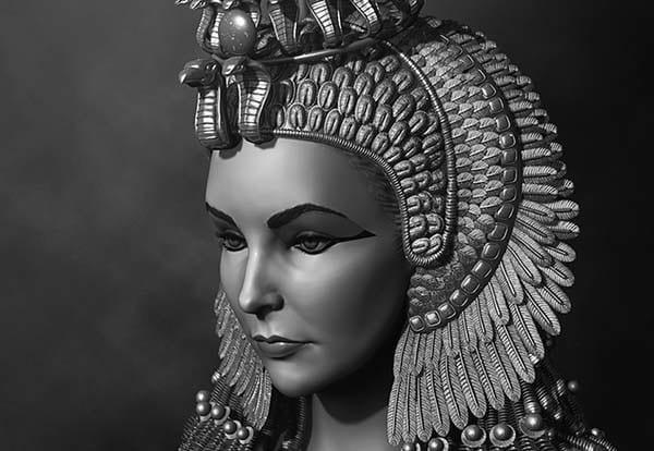 Клеопатра VII -Птоломейн угсааны Египетийн эцсийн хатан. Клеопатра Птолемей XII хааны хоёр дахь охин байлаа. Түүний эцэг МЭ 51 онд нас нөхцөж, 18 настай Клеопатра 15 настай дүү Птолемей XIII-ын хамтаар хаан ширээг залгамжлах байлаа. Цөөн хэдэн жилийн дараа түүний дүүг дэмжигчид Клеопатраг суудлаас нь буулгасан байна. Гэвч дараа нь Ромын захирагч Юлий Цезарь түүнд хаан ширээндээ буцаж суухад нь тусалж байж. Зөвхөн эрчүүд улс орныг захиран сууж байсан тэр үед тэрээр өөрийн гоо үзэсгэлэн, хурц ухаанаа ашиглан хязгааргүй эрх мэдэл, алдар хүндийг бий болгож чадсан түүхэн эмэгтэй юм. Клеопатра Египетийг Ромын эзэнт гүрнээс хамгаалах ажилд голлох үүрэг гүйцэтгэсэн.