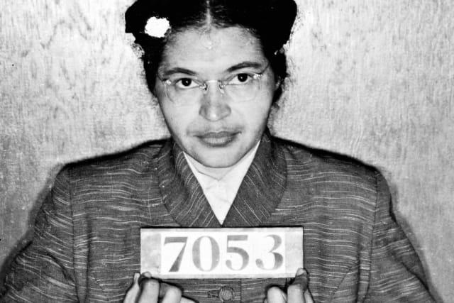 Роза Луиз Макколи ПарксньАНУ-ын хар арьстан иргэдийн тэгш эрхийн төлөө тэмцэгч эмэгтэй юм. Түүний төрсөн өдөр 2 сарын 4 ба баривчлагдсан өдөр 12 сарын 1 ньРоза Парксын өдөрболжКалифорнибаОхайомужуудад тэмдэглэгддэг.1955 оны 12 сарын 1-ндАлабамамужийнМонтгомерихотод Роза Паркс автобусанд хар арьстан зорчигч цагаан арьстанд суудлаа тавьж өгөх бичигдээгүй ялгаварлан гадуурхах хуулийг зөрчиж цагаан хүнд суудлаа тавьж өгөөгүйгээс доромжлуулан баривчлагдаж, шоронд хоригджээ. Түүний энэ явдлаас болж тус хот дахь сүмийн тэргүүнМартин Лютер Кингхар арьстан иргэдийн эрх чөлөөний төлөө тэмцэн босч, 1963 онд Вашингтонд тэгш эрхийн төлөөх тэмцлийн жагсаалыг зохион байгуулсан юм. Тухайн үед АНУ-д нийтийн автобусны урдуурх суудлуудад зөвхөн цагаан арьстнууд суудаг, арын суудлуудад хар арьстнууд суудаг ба бүх суудал дүүрэхэд цагаан зорчигчдод хар арьст хүмүүс суудлаа тавьж өгөх ёстой арьсны үзлийн бичигдээгүй хууль үйлчилж байжээ.