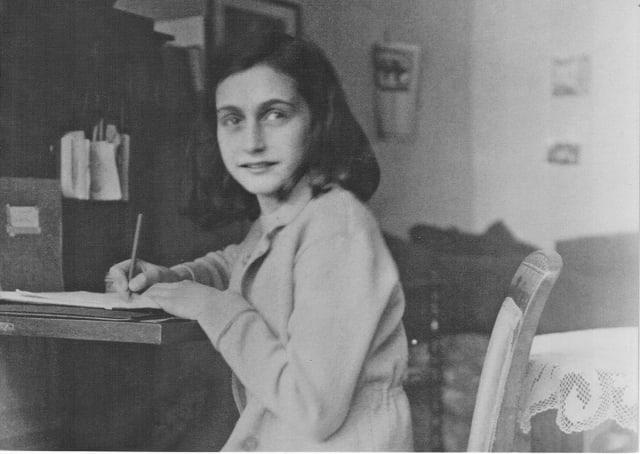 """ГерманыНацизмын үед амьдарч байсан Еврей охин. Тэрээр ГерманыМайны Франкфуртхотод 1929 онд төрсөн бөгөөд 1945 онд буюу 15 насандаа """"Бергэн-Белсэн"""" еврейчүүдийг олноор хорих лагерьт нас барсан юм. Түүний бичсэн өдрийн тэмдэглэл ньДэлхийн II дайныүеийн байдал, өөрийн амьдралдаа мэдэрсэн баяр хөөр, айдас зэргээ бичин үлдээж чадсанаараа дэлхийн хамгийн их уншигчдсан номнуудын нэгд зүй ёсоор багтдаг.Аннэ нь Германы Франкфурт хотод төрсөн ба түүний амьдралын ихэнх өдрүүдНидерландулсынАмстердамхотод өнгөрсөн байна. Түүнийг нас барсны дараа хэвлэгдсэн """"Аннэгийн өдрийн тэмдэглэл"""" ном нь дэлхийн сонорт хүрсэн юм. 1933 ондНацистуудГерманы төрийн эрхэнд гарсан өдрүүдэд Аннэгийн эцэг гэрийнхэнтэйгээ Нидерландын Амстердам хот луу нүүн шилжин суурьшин амьдарчээ. 1940 оны 5 сард Германчууд Нидерландыг эзлэн авах үед гэр бүлээрээ аюултай байдал орсон юм. Аннэ 1942 оны зунаас эхлэн өөрийн өдрийн тэмдэглэлээ хөтөлж эхэлжээ.Аннэ Франк нуугдаж байсан үеийнхээ турш өдрийн тэмдэглэлээ хөтөлсөн ба Аннэ баригдсаны дараа түүний өдрийн тэмдэглэлийг Отто компаний (Отто Франк эцгийнх нь компани) эмэгтэй ажилтанМифс Гиесавч хадгалсан байна. Дайн дуусаж эцэг Отто суллагдсаны дараа Мифс түүнд охиных нь өдрийн тэмдэглэлийг өгсөн байна. Түүний бичиж үлдээсэн өдрийн тэмдэглэл нь тухайн үеийн фашизмын харгис бодлого, дарамт, дэлхийн II дайны үеэр еврейчүүдийн туулсан зовлон, амьдрах хүсэл тэмүүллийн нэгэн үеийн гэрч болон үлдсэн билээ. Ирээдүйд агуу зохиолч болохыг хүсэн мөрөөдөж явсан Анне охин үргэлжийн 15 насандаа мөнхрөн үлдэж, бичиж үлдээсэн өдрийн тэмдэглэл дэлхийн хүүхэд бүрийн унших ёстой номны нэгд бичигдсээр байна."""
