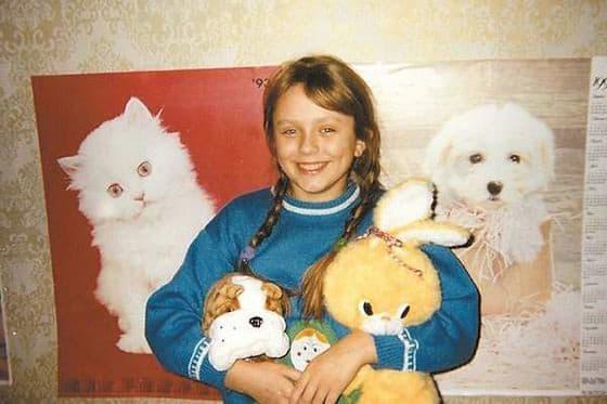 """Едва девочка научилась говорить, родители отметили прекрасные вокальные данные Юлии. Тогда с будущей певицей начал заниматься отец-композитор, а в пять лет она уже покоряла сцену. В таком раннем возрасте она уже была настоящей артисткой: импровизировала, варьировала тембр и справлялась со сложными вокальными композициями.В 1991-м Началову пригласили на программу """"Утренняя звезда"""". В этом телевизионном конкурсе Юлия одержала блестящую победу. И это в 11 лет!"""