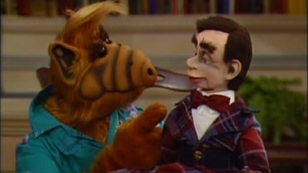 """Paul Fusco, uno de los creadores de la serie y principal marionetista, estaba obsesionado con guardar los secretos de ALF. Por ello, hizo firmar a todo el equipo un contrato de confidencialidad conforme no podían revelar nada sobre el trabajo, y toda la serie se rodó en plató cerrado sin público, pero por entonces era impensable, prácticamente, hacer una sitcom en la que no se oyera reír al público, así que utilizaron pistas de audio con gente riéndose. Lo que se conoce como """"risas enlatadas""""."""