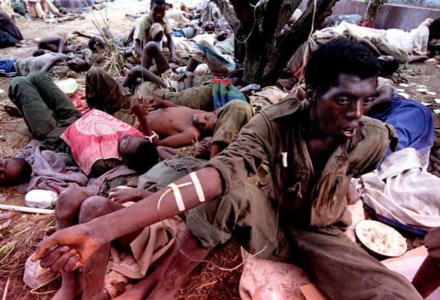 Un soldado tutsi recibe tratamiento médico