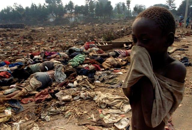 Un niño cerca de unos cadáveres de tutsi