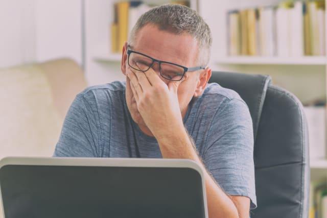 Otra de las razones responsables de la aparición temprana de las canas es el estrés. De acuerdo con algunos estudios que se han realizado este es un factor común, así que procura controlar la presión.