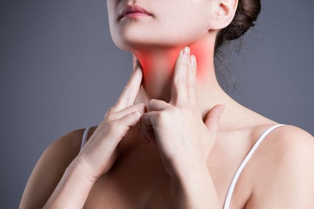 Las personas que padecen enfermedades relacionadas con la tiroides también son propensas a desarrollar canas cuando son jóvenes.