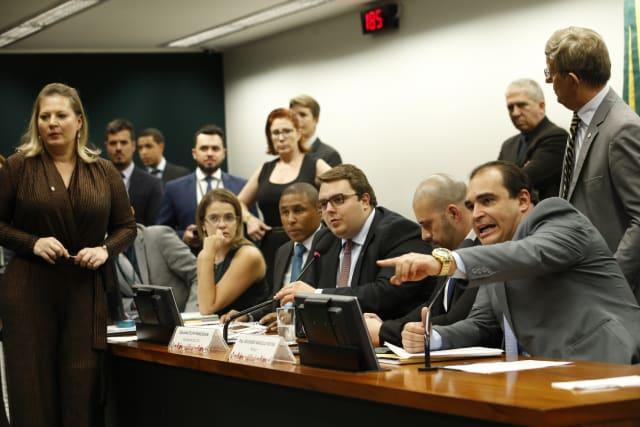 Durante uma confusão que interrompeu a sessão da Comissão de Constituição e Justiça (CCJ) da Câmara dos Deputados para leitura do relatório da proposta de reforma da Previdência, o deputado Eduardo Bismarck (PDT-CE) começou a gritar que  o deputado Delegado Waldir (PSL-GO), líder do partido do presidente Jair Bolsonaro, estava armado dentro da comissão  e ao lado do presidente da CCJ, deputado Felipe Franscischini (PFL-PR). Os ânimos se exaltaram e muitos deputados se aglomeraram em torno de Francischini.