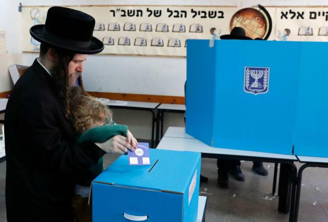 O Likud, partido do primeiro-ministro israelense, Binyamin Netanyahu,  aparece com uma vantagem de quase quatro pontos à frente da coalizão centrista Azul e Branco do adversário Benny Gantz , com cerca de 20% dos votos apurados após as eleições para o Parlamento no país. Segundo os dados do Comitê Central Eleitoral, dos 825.205 votos apurados, o Likud tem 29,15%, enquanto o Azul e Branco conta com 25,27%.
