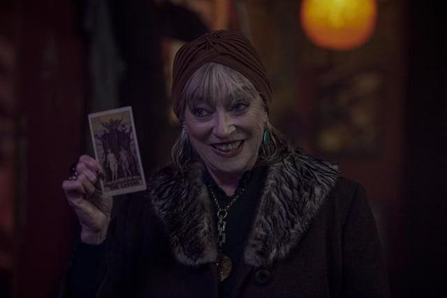 La misteriosa mujer que le muestra el futuro a nuestros queridos personajes es nada más y nada menos que Veronica Cartwright en un acertado guiño a su interpretación como Felicia Alden en la película estadounidense de 1987, 'Las brujas de Eastwick'.-