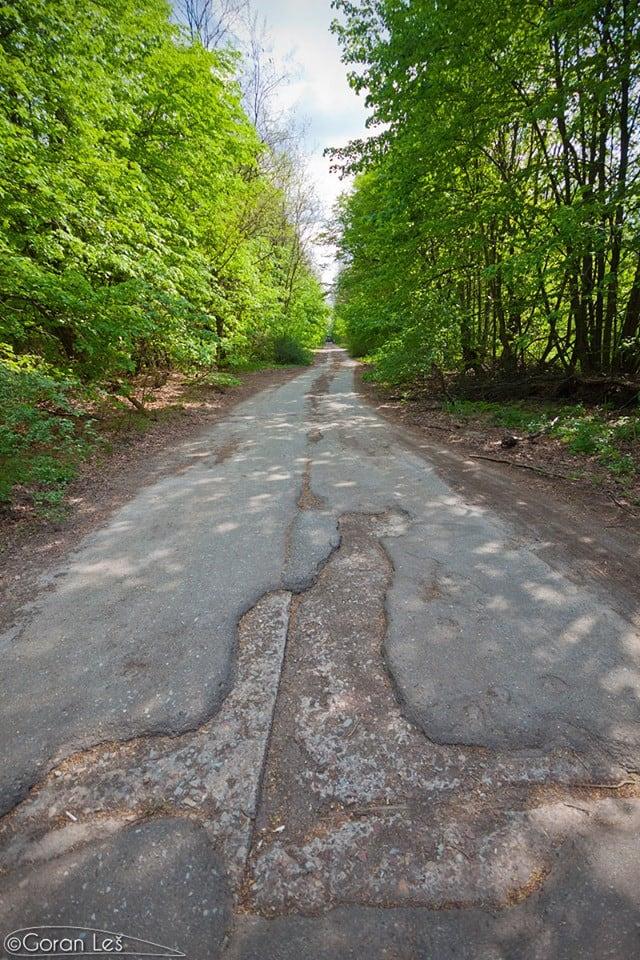 Originalne ulice za zalivene novim slojem asfalta kako bi se suzbila radioaktivna kontaminacija. Ipak, taj asfalt je na nekoliko mjesta potpuno nestao i otkrio sloj stare ceste.
