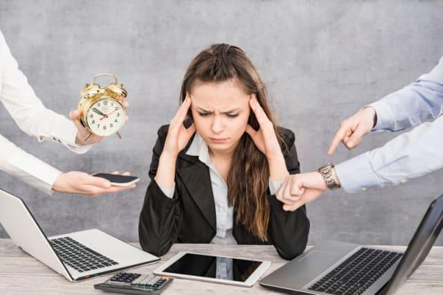 Aunque a veces es inevitable que los trabajadores laboren horas extra o fin de semana, evita establecer esto como un ritmo normal de actividades. Mejor ofréceles opciones que les permitan disfrutar su tiempo personal, pero sin descuidar su tareas.