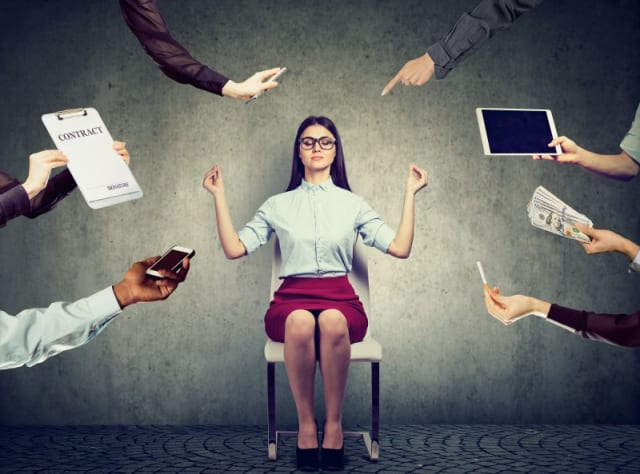 Si es necesario, habla con los colaboradores para que en su tiempo libre no realicen ninguna actividad relacionada con el trabajo, lo que incluye ignorar correos electrónicos y llamadas telefónicas. Además, fomenta los descansos regulares y que durante la hora de la comida se prohíba estar frente a una computadoras.