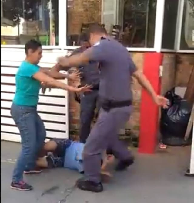 Doispoliciais militaresagrediram um catador de material reciclável naVila Leolpoldina, zona oeste de São Paulo . As agressões foram filmadas por uma testemunha e as imagens mostram o momento em que os agentes chutam o homem caído no chão, atingindo-o na cabeça e nas costas. A PM informou que os policiais foram afastados e serão investigados.