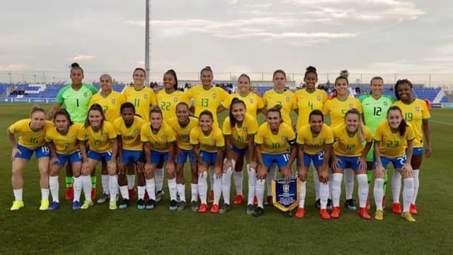 A seleção feminina de futebol do Brasil precisa de uma vitória nesta terça contra o time da Itália para avançar na  Copa do Mundo na França.  Saiba o horário e onde assistir ao jogo das meninas . Já a seleção masculina enfrenta a  Venezuela também amanhã, em Salvador.  Veja como acompanhar a partida da Copa América na TV . Nesta noite,